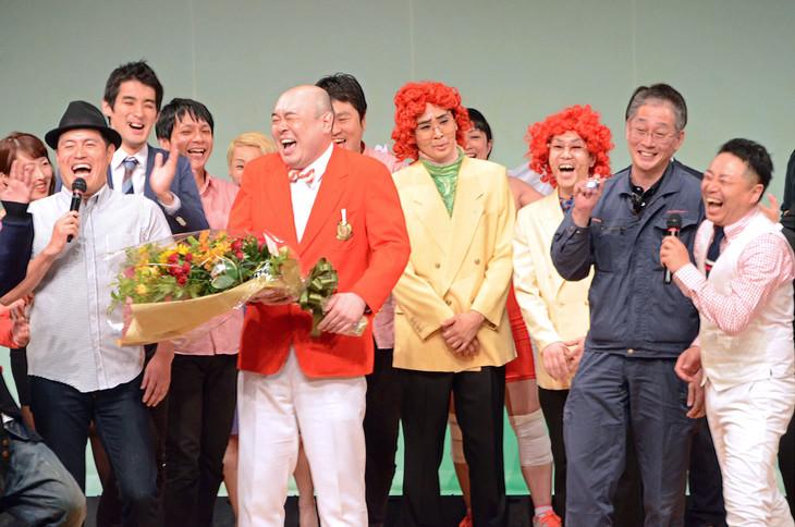 新宿カウボーイかねきよのボケに乗っかってポケットに入っていたライトを取り出す舞台監督の村澤氏に出演者は爆笑。