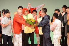 舞台監督の村澤氏に花束を渡す新宿カウボーイかねきよ。