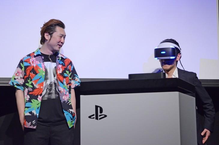 VRを体験するアニキ(右)。