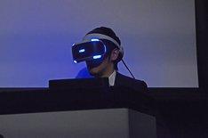 VRを体験するアニキ。