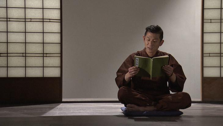 「維摩経」を朗読する笑い飯・哲夫。(c)NHK