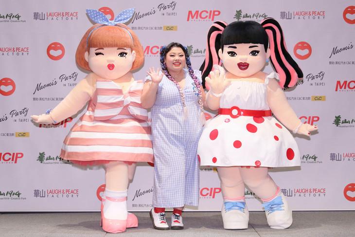 渡辺直美(中央)とNaomiキャラ美美ちゃん(右)。
