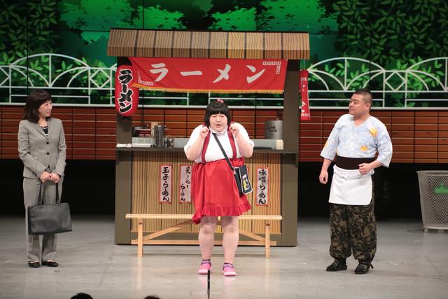 吉本新喜劇に出演する酒井藍(中央)。