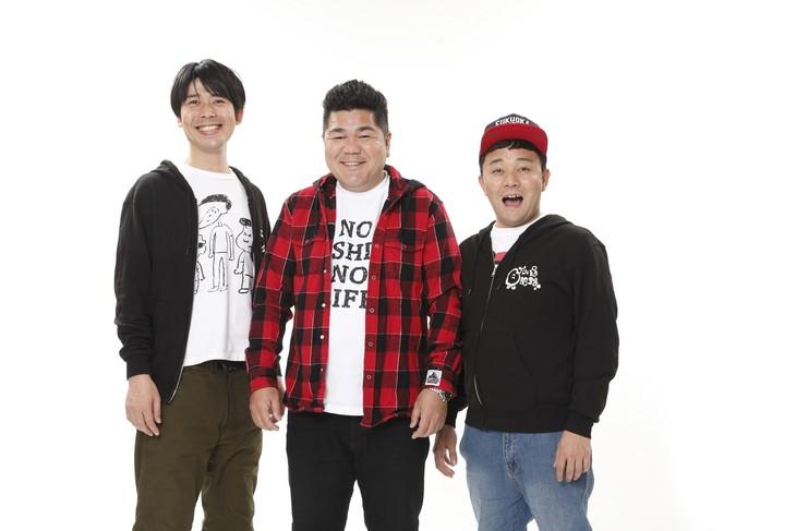 左からパラシュート部隊・矢野、ゴリけん、パラシュート部隊・斉藤。(c)テレビ西日本