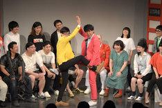コラボ芸を披露する新宿カウボーイ石沢とギフト☆矢野。