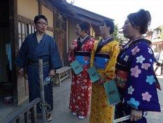 「旅ずきんちゃん」で京都の太秦映画村を訪れる(左から)ずん飯尾、北陽・虻川、紅蘭、友近。(c)CBC