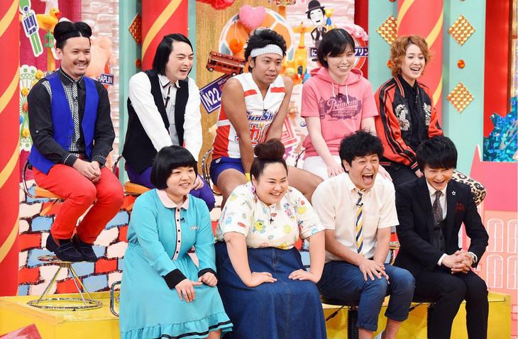 「全日本ヘンな顔選手権」に出場する芸人たち。