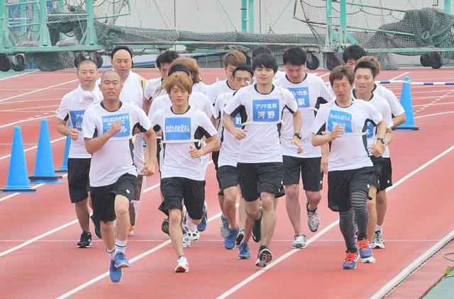 マラソンに挑戦する芸人チーム。(c)MBS
