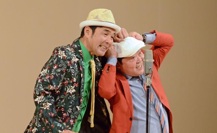 「中野カウボーイ」として漫才を披露するダチョウ倶楽部の肥後(左)と上島(右)。