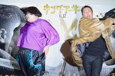 ケツバットを食らうメイプル超合金・安藤(左)。
