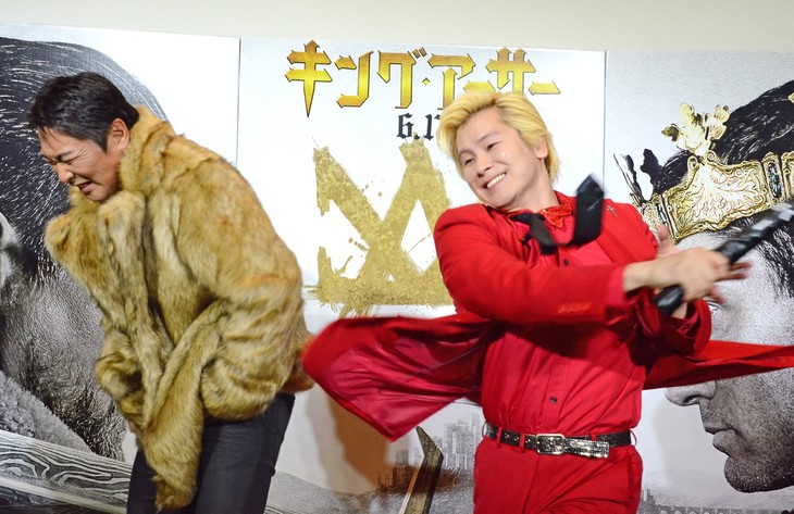 メイプル超合金・カズレーザー(右)からのケツバットを食らう元木大介(左)。