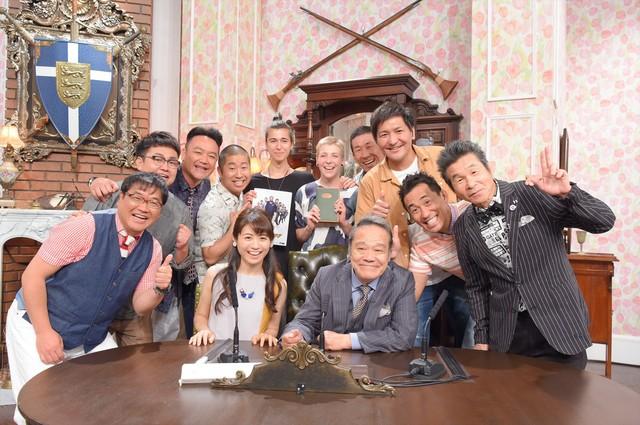 番組ファンのドイツ人カップル(後方中央)を迎える「探偵!ナイトスクープ」の出演者たち。(c)ABC