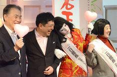 岩下社長と腕を組んでうっとりする朱美ちゃん(左から3人目)。