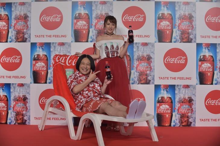 「2017年『コカ・コーラ』サマーキャンペーン発表会」に登壇した永野と高橋みなみ(後方)。