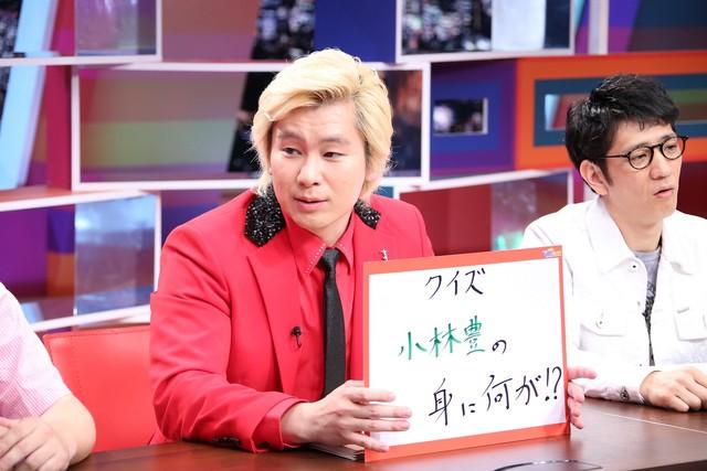 「採用!フリップNEWS」で小林豊(BOYS AND MEN)についてプレゼンするメイプル超合金カズレーザー。(c)中京テレビ