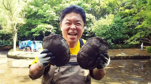「池の水ぜんぶ抜く」に挑戦した伊集院光。(c)テレビ東京
