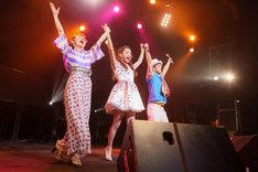 酒井法子と遠藤響子のステージに参加したエレキコミックやつい(右)。(撮影:SUNAO HONDA)