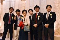 アルコ&ピースと、「アルコ&ピースのオールナイトニッポン」スタッフ陣、佐藤多佳子(左から3人目)。