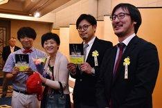 (手前左から)アルコ&ピース酒井、佐藤多佳子、アルコ&ピース平子、ラジオディレクターの石井玄氏。