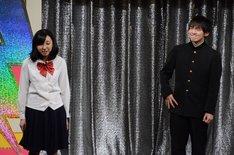 女子学生の告白をテーマにしたコントを披露するパーパー。