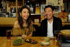 「はじめてのおとん酒」に出演する(左から)鈴木紗理奈、メッセンジャーあいはら。(c)ABC