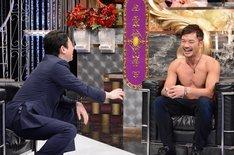左から有吉弘行、ジョーナカムラ。(c)日本テレビ