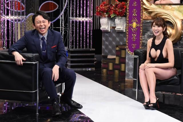 左から有吉弘行、森咲智美。(c)日本テレビ