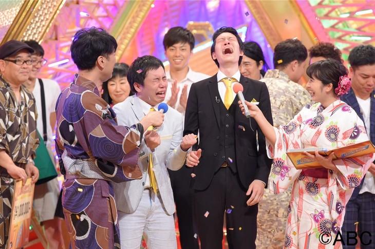 霜降り明星(中央)が「第38回ABCお笑いグランプリ」でチャンピオンとなった場面。(c)ABC