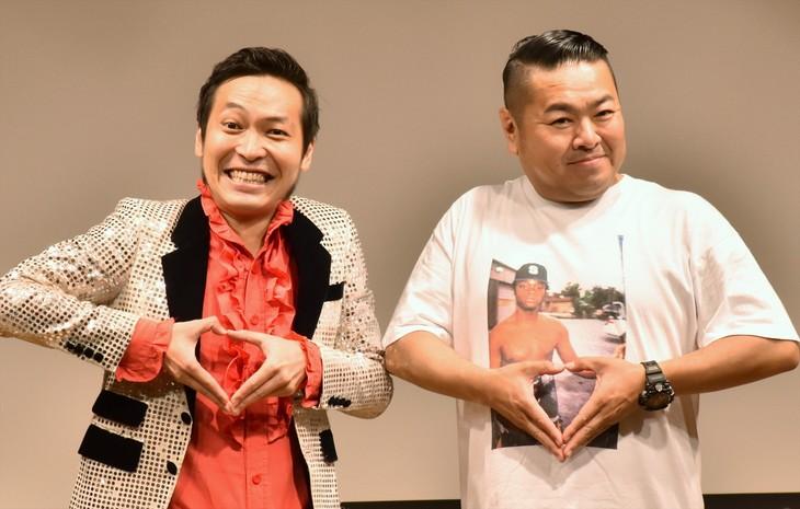 「ブギウギ専務」DVD発売イベントで「ダムLOVE」ポーズを見せる(左から)上杉周大、ダイノジ大地。