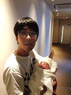 誕生したばかりの娘を抱くパラシュート部隊・矢野ぺぺ。