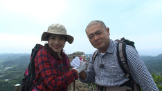 登山に挑戦する(左から)平野ノラ、あばれる君。