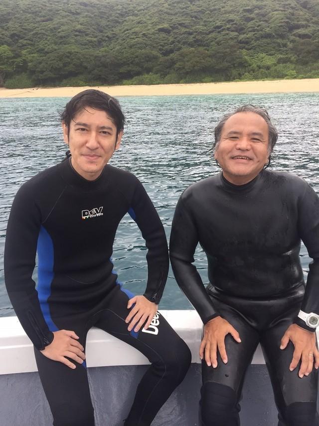「これぞニッポンの海~美しい海に魅了された人たち~」で奄美群島を訪れる、ココリコ田中(左)。(c)中京テレビ