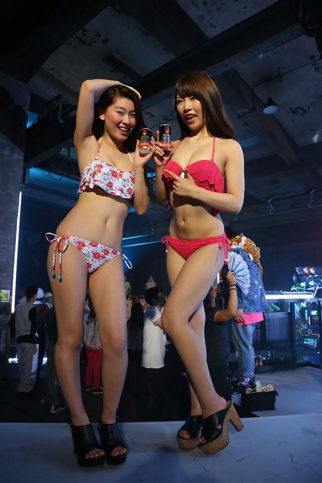 グラビアアイドルの(左から)香月彩花、上岡楓。