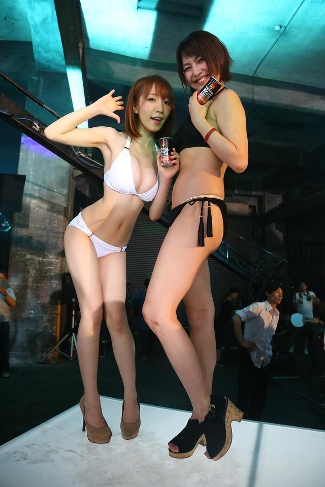 グラビアアイドルの(左から)清水あいり、小柳歩。