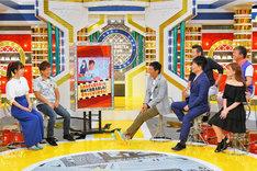 結婚について語る土肥ポン太(左から2人目)と妻の福田多希子(左端)。(c)MBS