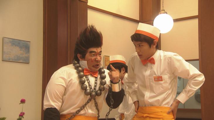 コント「とどろけ!ファミレス塾」で共演する内村光良(左)と中川大志(右)。(c)NHK