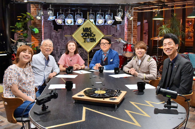 「MBS SONG TOWN」で芸人ソングを語る出演者たち。(c)MBS
