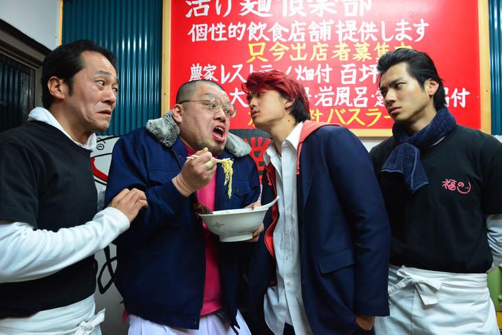 映画「デメキン」より、野性爆弾くっきー(左から2人目)の出演シーン。