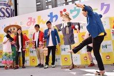 共和町の「かかし祭り」の恒例「ゲタ飛ばし大会」を体験する銀シャリ鰻(右端)。