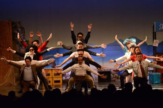 一体感あふれるダンスを披露する出演者たち。