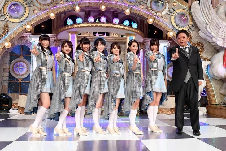 新番組「ラストアイドル」MCの伊集院光(右端)と、オーディションに臨む出演者たち。(c)テレビ朝日