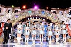伊集院光(左端)と、オーディションに臨む出演者たち。(c)テレビ朝日