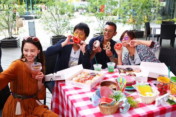"""「ウラマヨ!」でカフェにドーナツを持ち寄り""""おしゃピク""""を開催する出演者たち。(c)関西テレビ"""