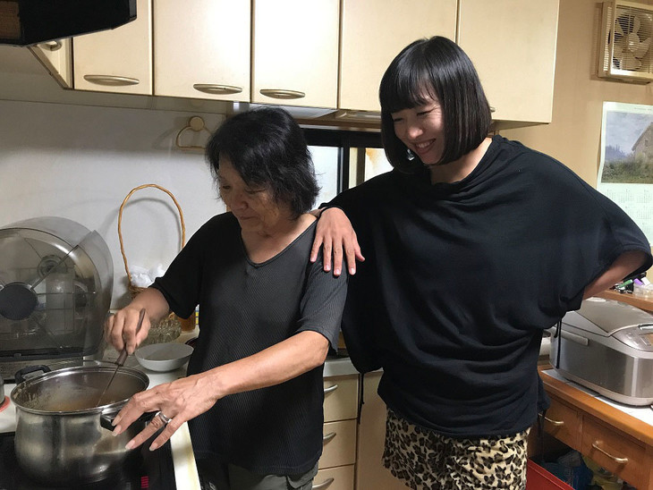 里帰りする南海キャンディーズしずちゃん(右)。