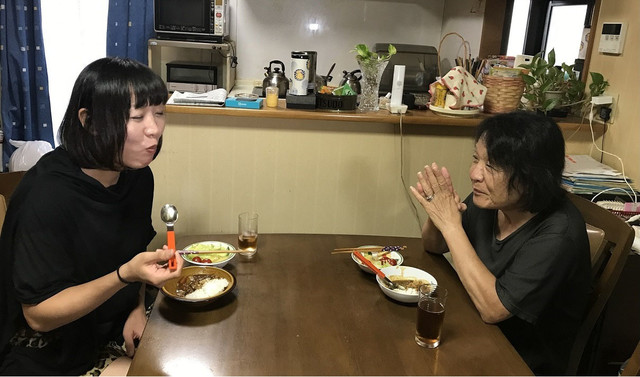 母親のカレーライスを味わうしずちゃん(左)。