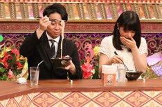 (左から)有吉弘行、桜井日奈子。