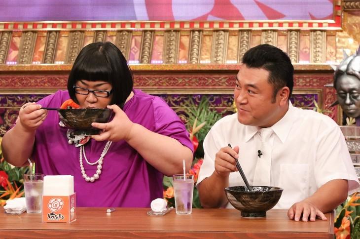 「有吉弘行のダレトク!?」で、はなまるうどんの没メニューを試食する(左から)メイプル超合金・安藤なつ、アンタッチャブル山崎。(c)関西テレビ