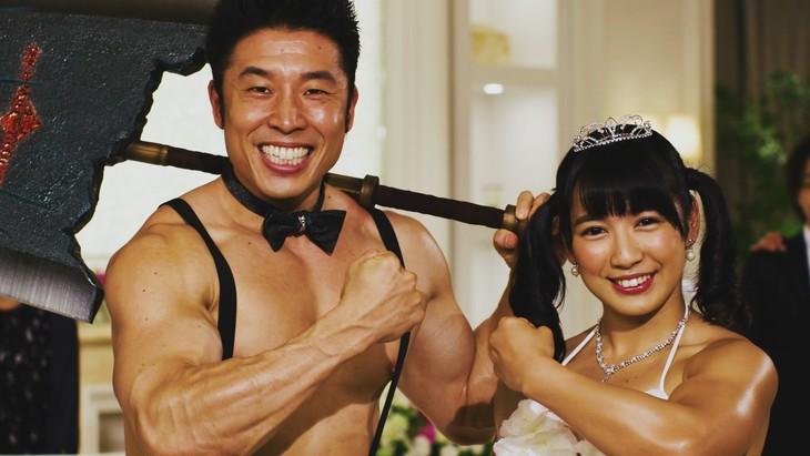 「モンスターハンター×ブライダルフェア」のWebCM「筋肉美女と結婚」篇のワンシーン。
