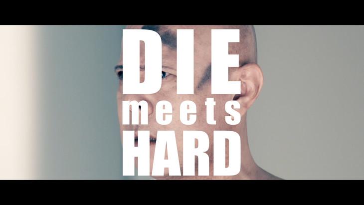「DIE meets HARD」ミュージックビデオのワンシーン。