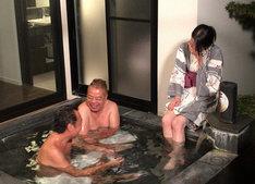 風呂を満喫する三村、出川ら。(c)テレビ東京